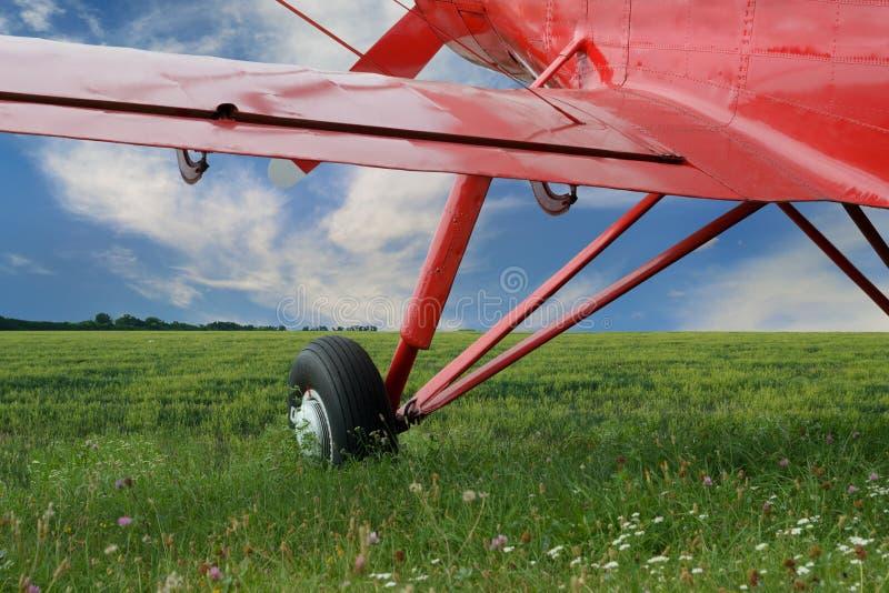 Biplan rouge d'avion avec le moteur à piston image stock