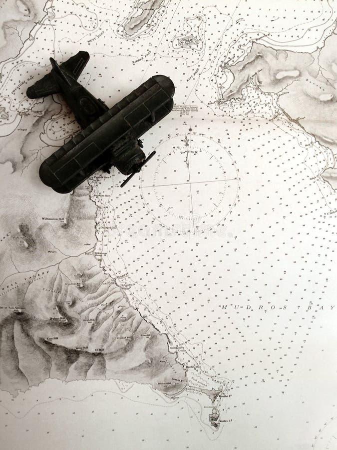 Biplano antigo no mapa velho fotos de stock royalty free
