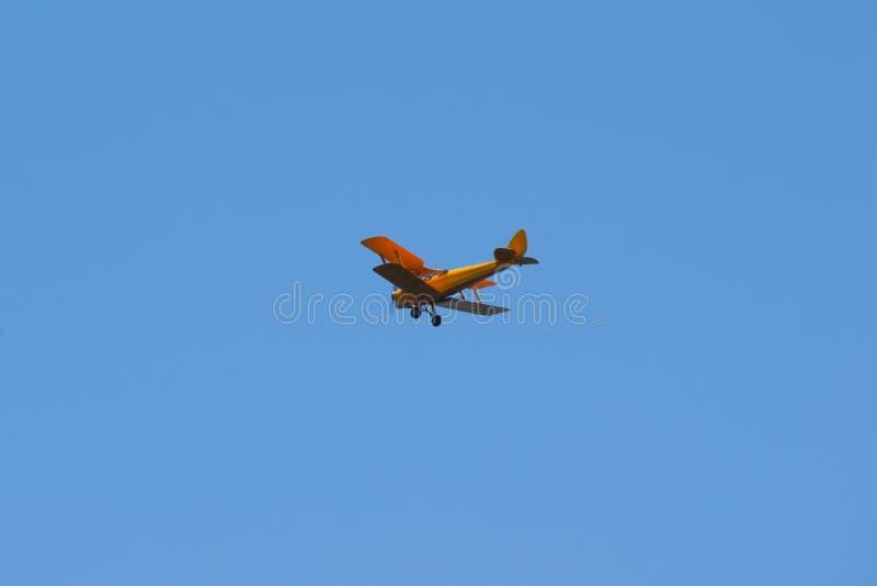 Biplano em voo foto de stock