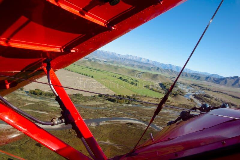 Biplano em voo imagens de stock