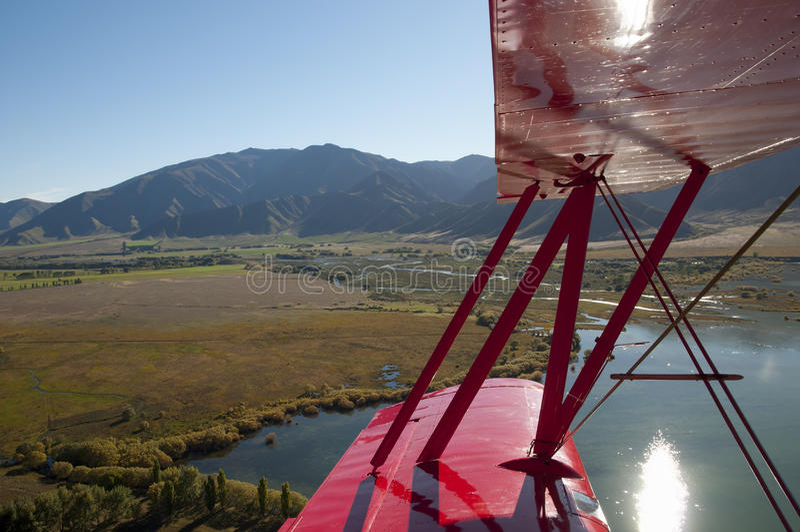 Biplano em voo fotos de stock