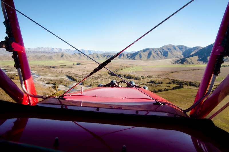 Biplano em voo imagem de stock royalty free