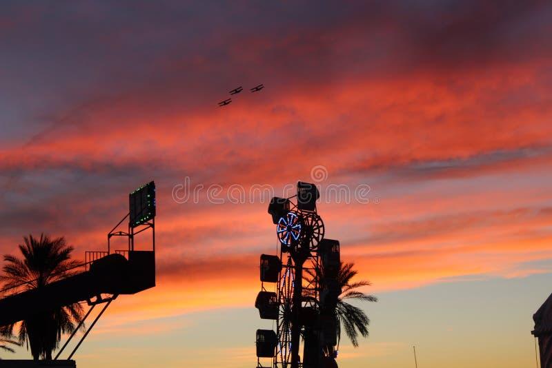 Biplans de carnaval et coucher du soleil rouge et orange images stock