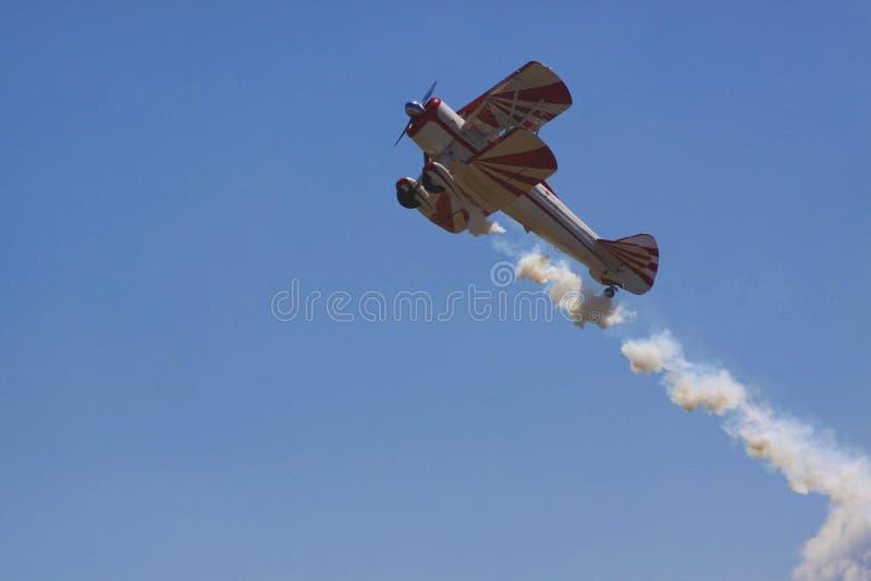Biplanu wyczynu kaskaderskiego samolot obrazy stock