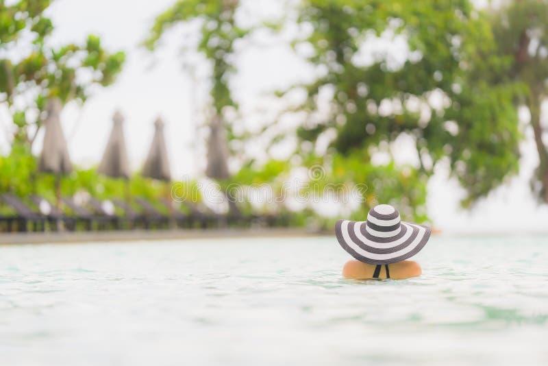 Biquini asiático novo bonito do desgaste de mulher do retrato em torno da piscina do hotel do recurso na praia do oceano do mar q fotos de stock royalty free