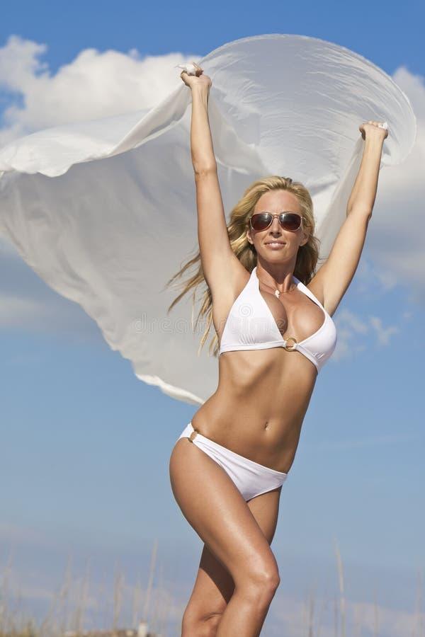 Biquini desgastando da mulher bonita com Materia branco fotografia de stock royalty free