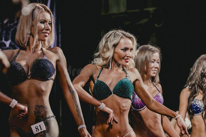Biquini louro da aptidão dos atletas das meninas fotos de stock royalty free