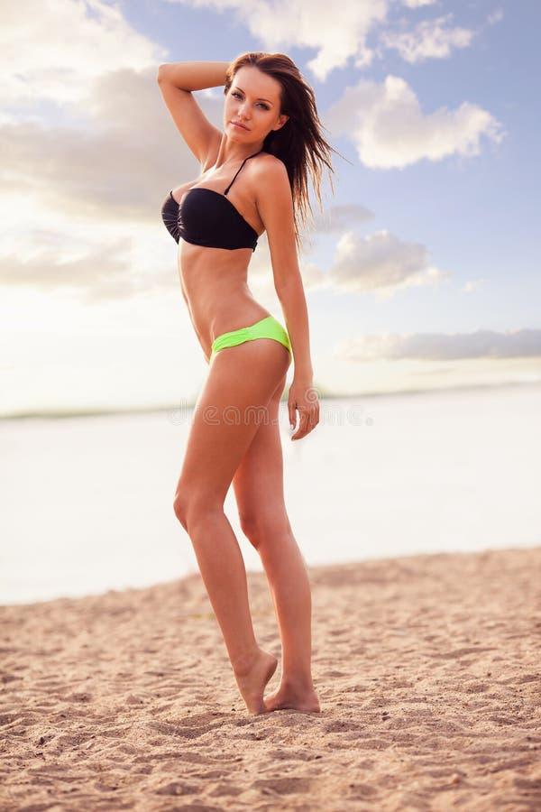 Biquini vestindo da mulher que anda na praia imagens de stock royalty free