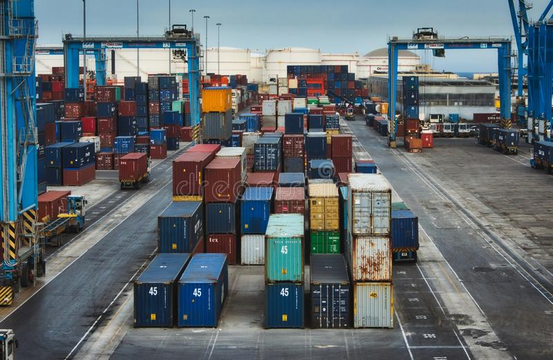 Birżebbuġa/Malta - Maj 25 2019: Lastfraktbehållare på Freeportomlastningnavet handlar port royaltyfri fotografi