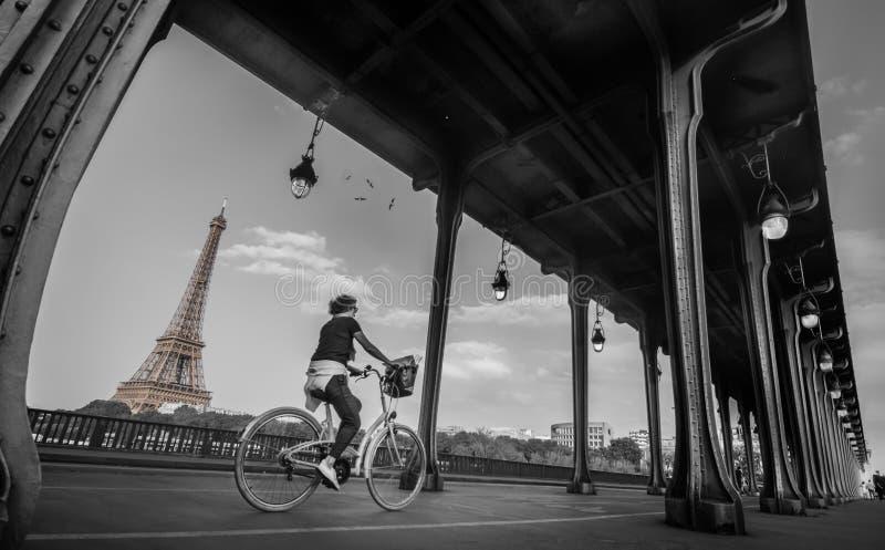 Bir hakeim γέφυρα, ο Μαύρος του Παρισιού & λευκό στοκ εικόνα
