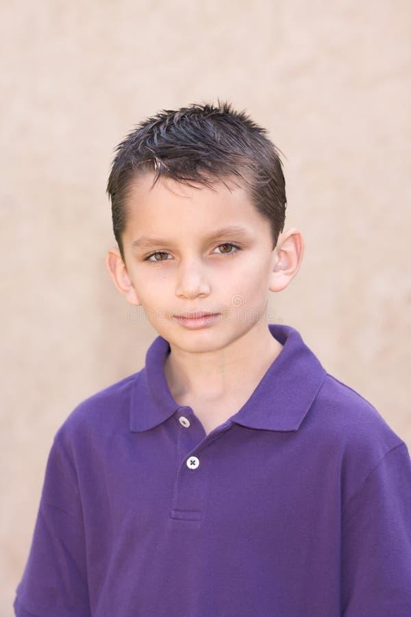 biracial детеныши краткости портрета волос мальчика стоковое фото rf