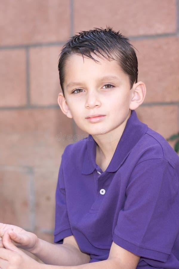 biracial детеныши краткости портрета волос мальчика стоковое фото