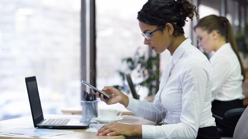 Biracial kierownik dzwoni klienta układać spotkanie, komunikacja biznesowa zdjęcia stock