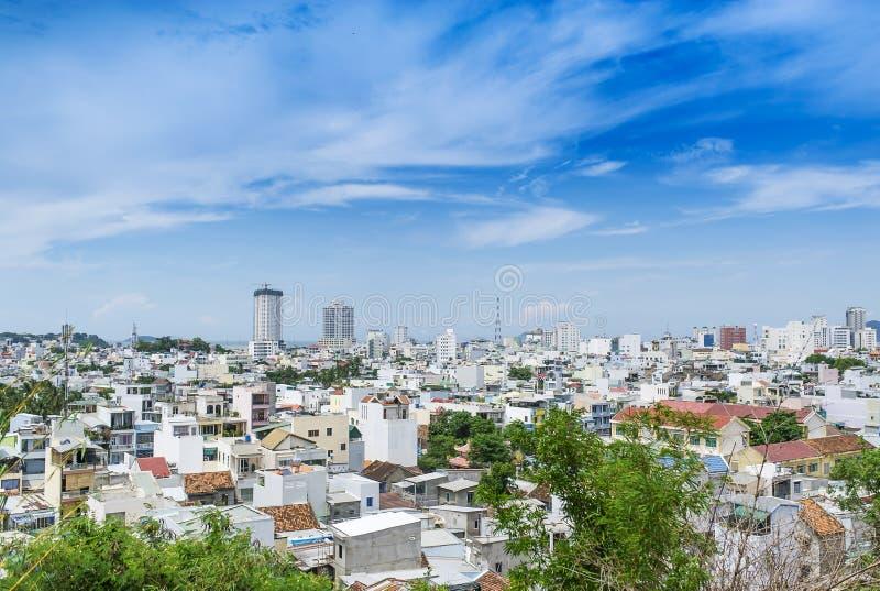 Bird& x27; s-öga sikt till byggnader av staden Nha Trang i Vietnam på den varma soliga dagen med molnig himmel royaltyfri fotografi