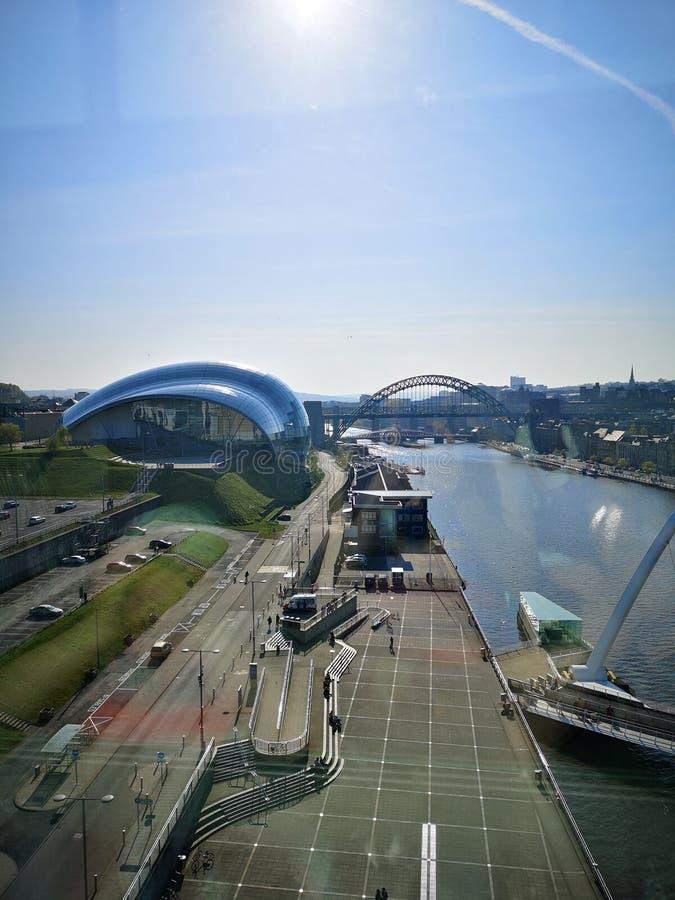 Bird& x27; Saugenansicht wenn die Tyne, Tyne Bridge und das weise Gateshead lizenzfreies stockbild