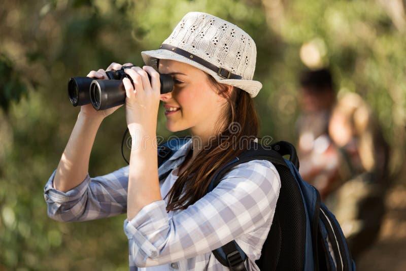 Bird-watching del binocolo della donna fotografia stock libera da diritti