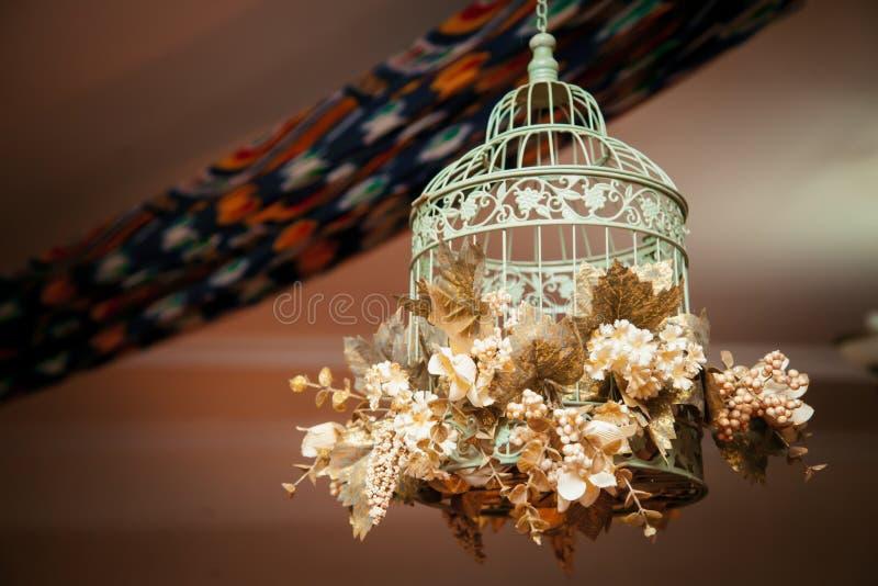 Birdcage с цветками стоковая фотография rf