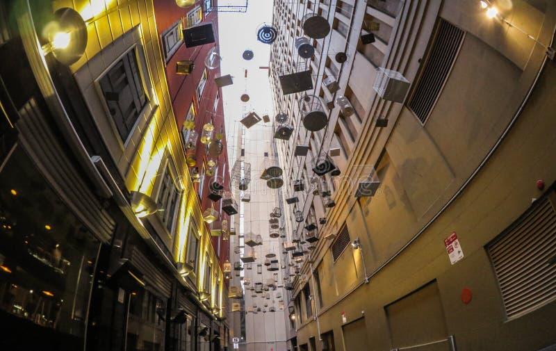 Birdcages het lege hangen over Angel Place, Sydney Kunstwerk door Michael Thomas Hill in Engel PL Het beeld in de hoeklens van vi royalty-vrije stock foto