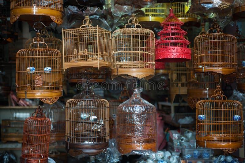 Birdcages na rua do pássaro imagens de stock royalty free