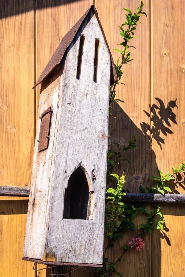 Birdhouse в снежке стоковые изображения