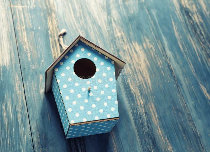 Birdhouse на античной деревенской древесине стоковое фото