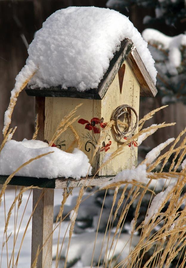 Birdhouse innevato fotografie stock