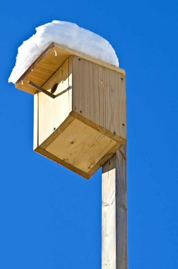 Birdhouse med snow arkivbild