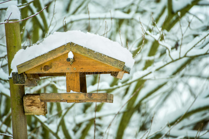 Birdhouse med snow royaltyfri bild