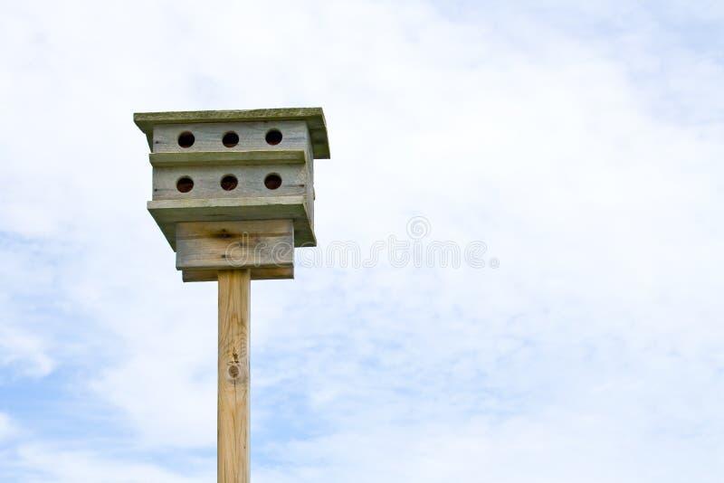Birdhouse nel cielo. immagini stock