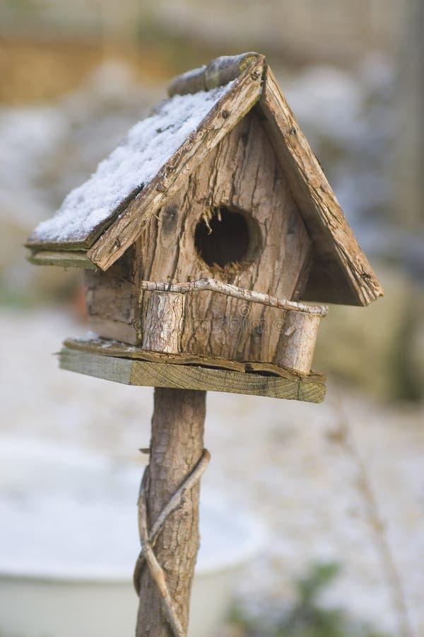 Birdhouse nella neve immagine stock libera da diritti