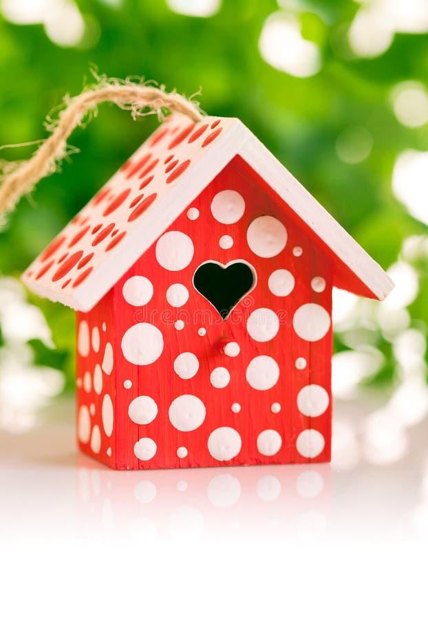 Birdhouse rosso nel punto di Polka bianco immagini stock