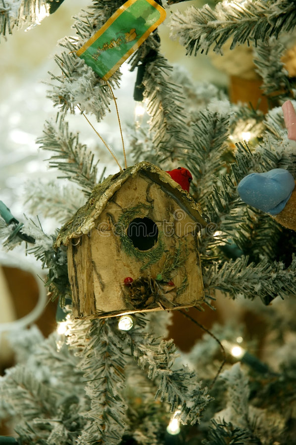 birdhousejultree royaltyfri foto