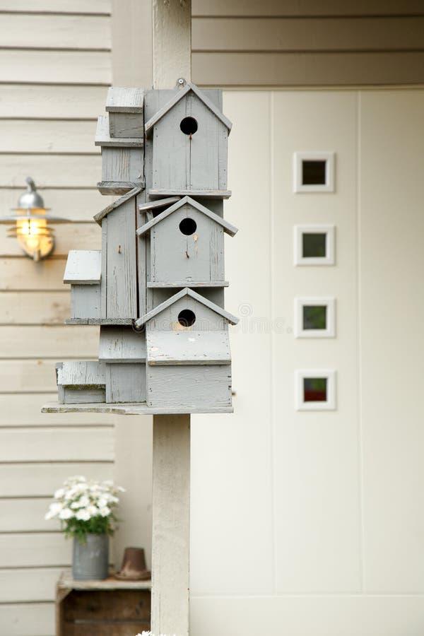 Birdhouses штабелируют в одном стоковые изображения