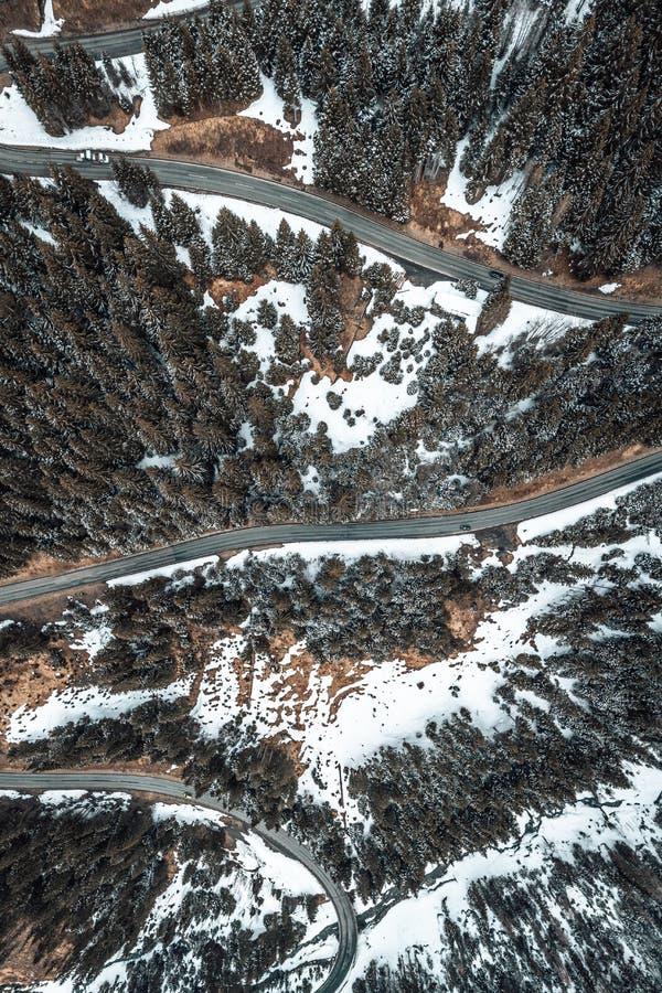 Birdseye sikt av en snöig väg royaltyfri fotografi