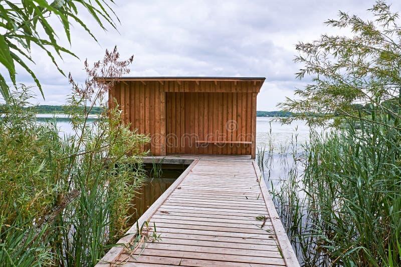 Birdwatch le hangar à un petit lac photos libres de droits