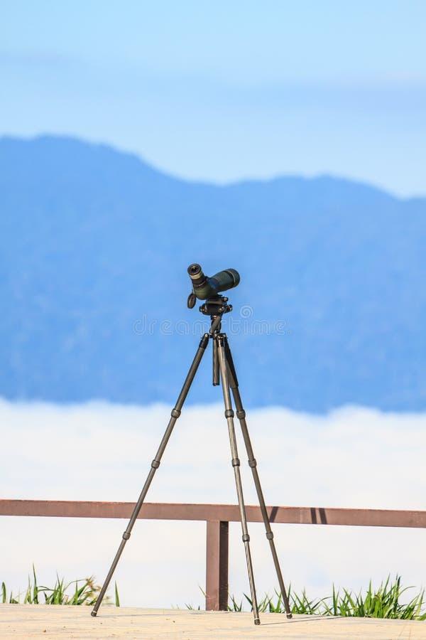 Birdwatching Monocular oder Aufdeckung des Bereichs auf einem Stativ lizenzfreie stockfotos