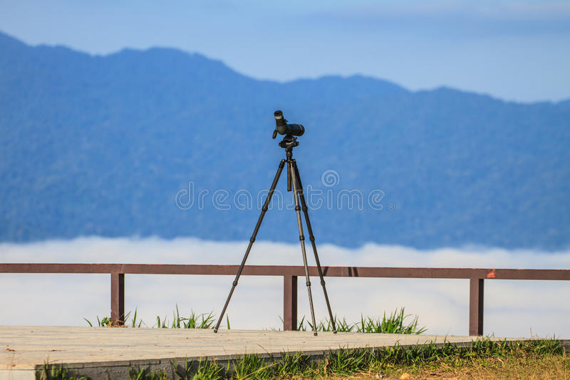 Birdwatching Monocular oder Aufdeckung des Bereichs auf einem Stativ lizenzfreies stockfoto
