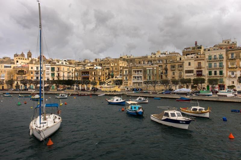 Birgu Kalkara Bormla Łódkowaty cumowanie Chmury nad Valletta Malta fotografia stock