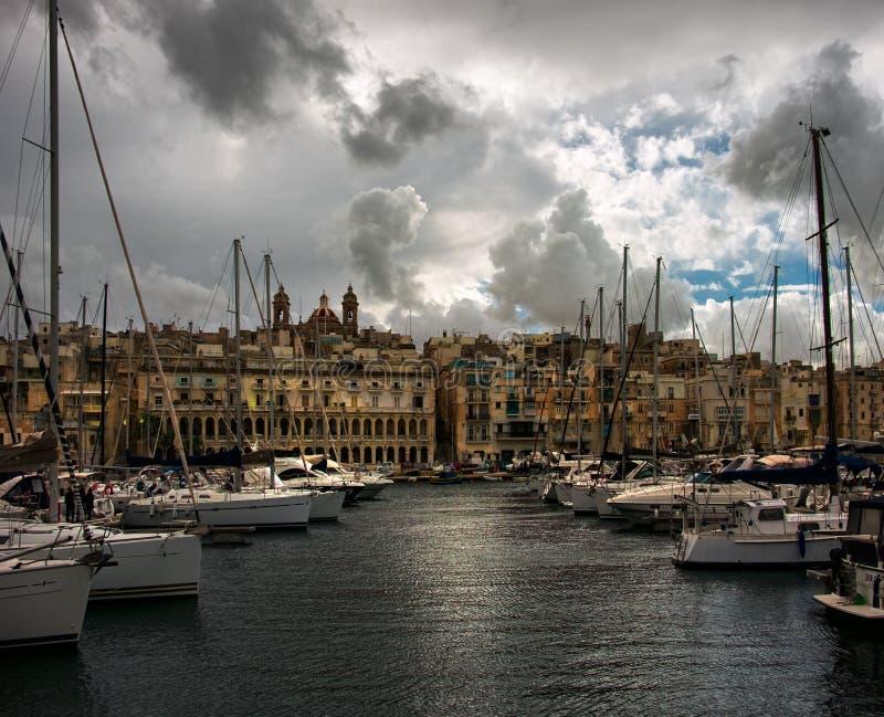 Birgu Kalkara Bormla Attracco della barca yachts Si rannuvola La Valletta malta fotografie stock