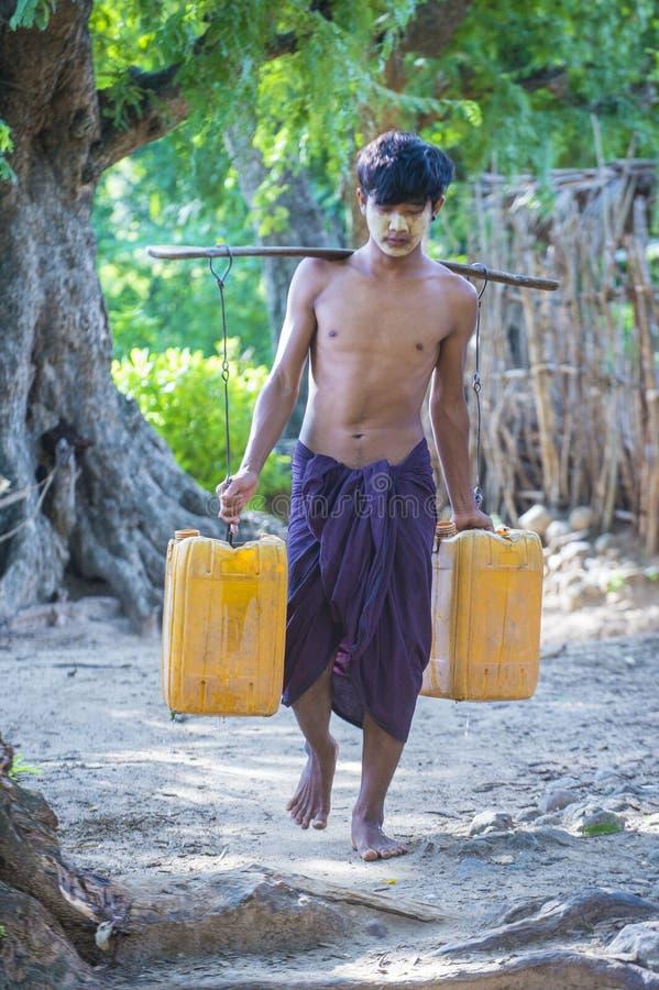 Birmańscy Średniorolni przewożenie klingerytu wiadra wypełniali z wodą zdjęcia royalty free