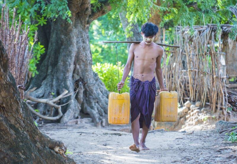 Birmańscy Średniorolni przewożenie klingerytu wiadra wypełniali z wodą obrazy royalty free