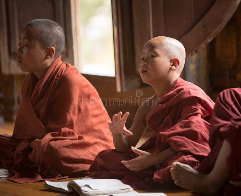 Birmańscy Buddyjscy nowicjuszi w Mandalay zdjęcia royalty free