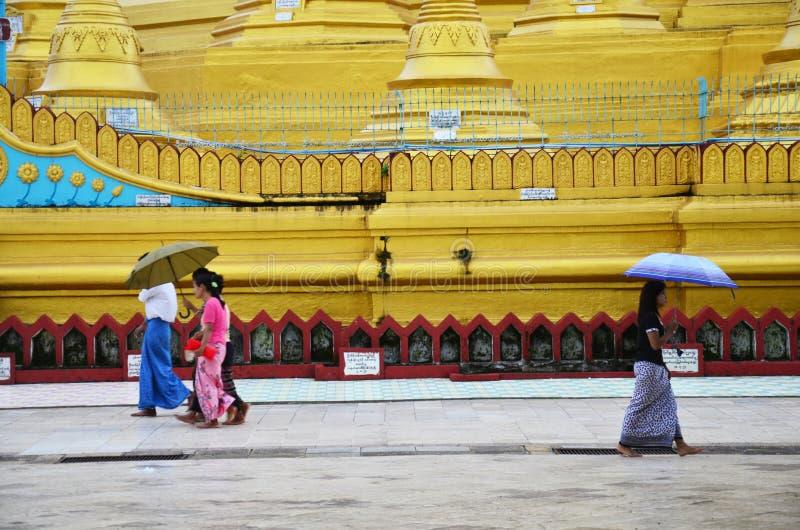 Birmańscy ludzie chodzi przy Shwemawdaw Paya pagodą w Bago, Myanmar obraz stock