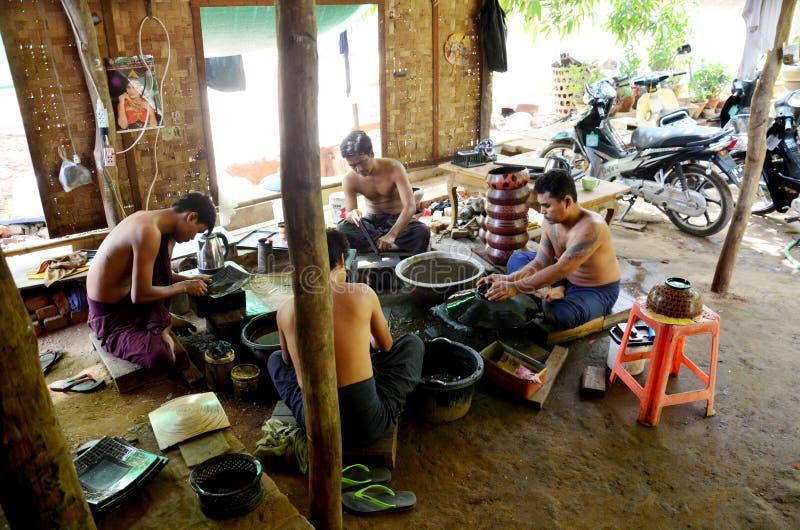 Birmańscy ludzie pracuje robić Lacquerware obraz stock