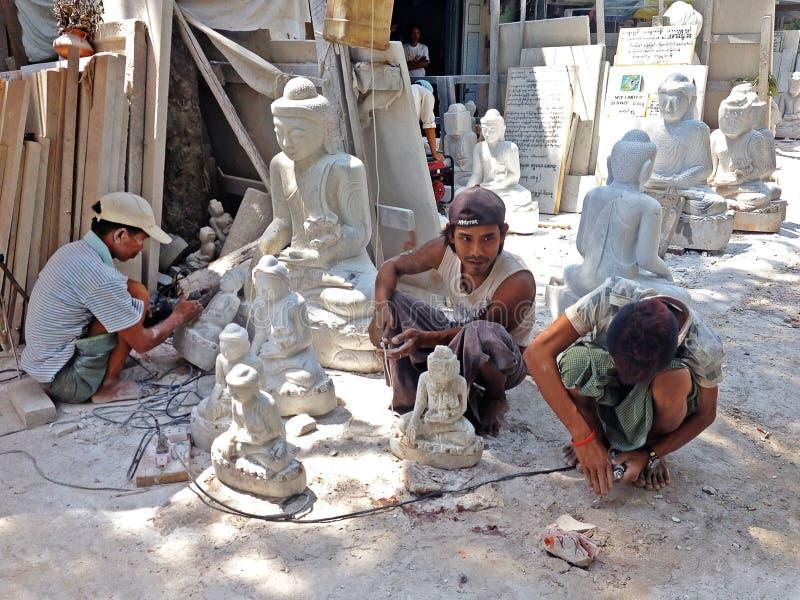 Birmańscy mężczyzna rzeźbią obraz royalty free