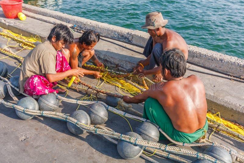 Birmańscy rybacy naprawia sieci fotografia royalty free