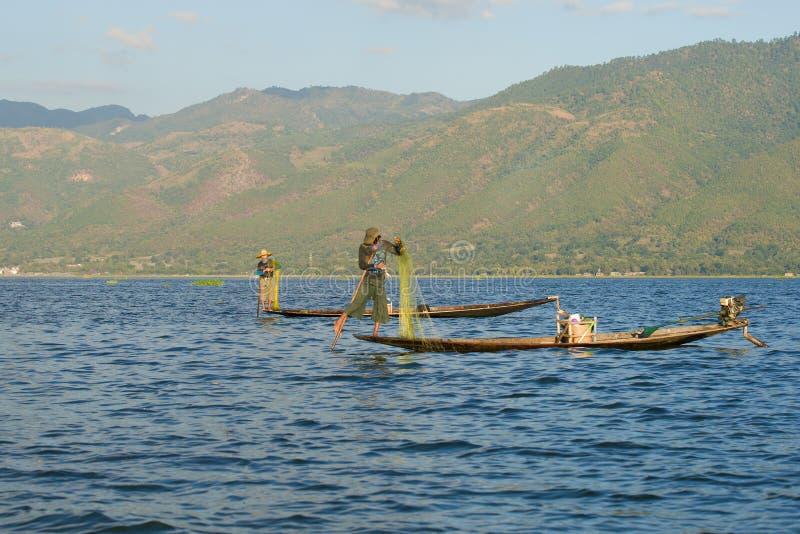 Birmańscy rybacy z sieciami na Inle jeziorze obrazy royalty free