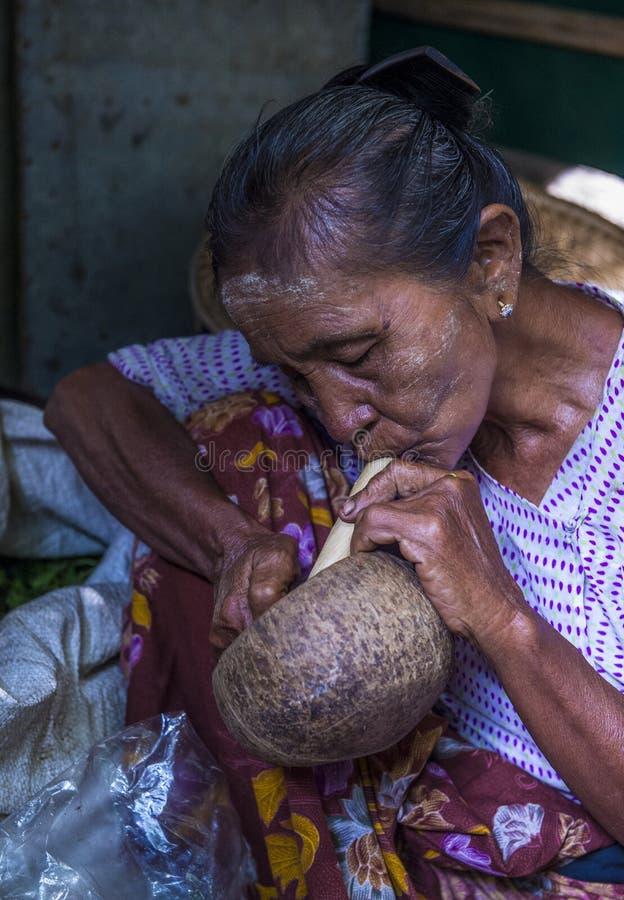 Birmańska kobieta dymi cheroot cygaro obrazy royalty free