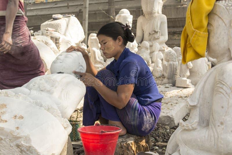 Birmańska kobieta rzeźbi Marmurową Buddha statuę, Mandalay, Birma fotografia stock