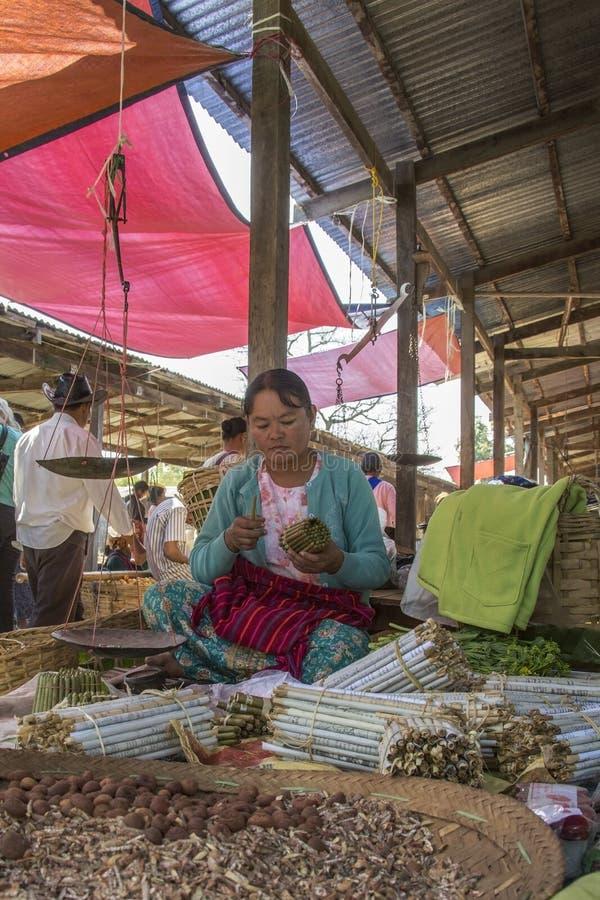 Birmańska kobieta Myanmar - Inle jezioro - zdjęcia stock